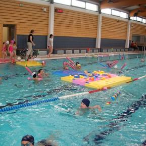 Nage enfant dans le bassin